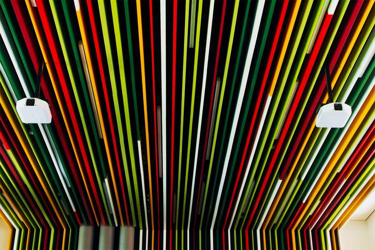Цветной кубообразный реечный потолок